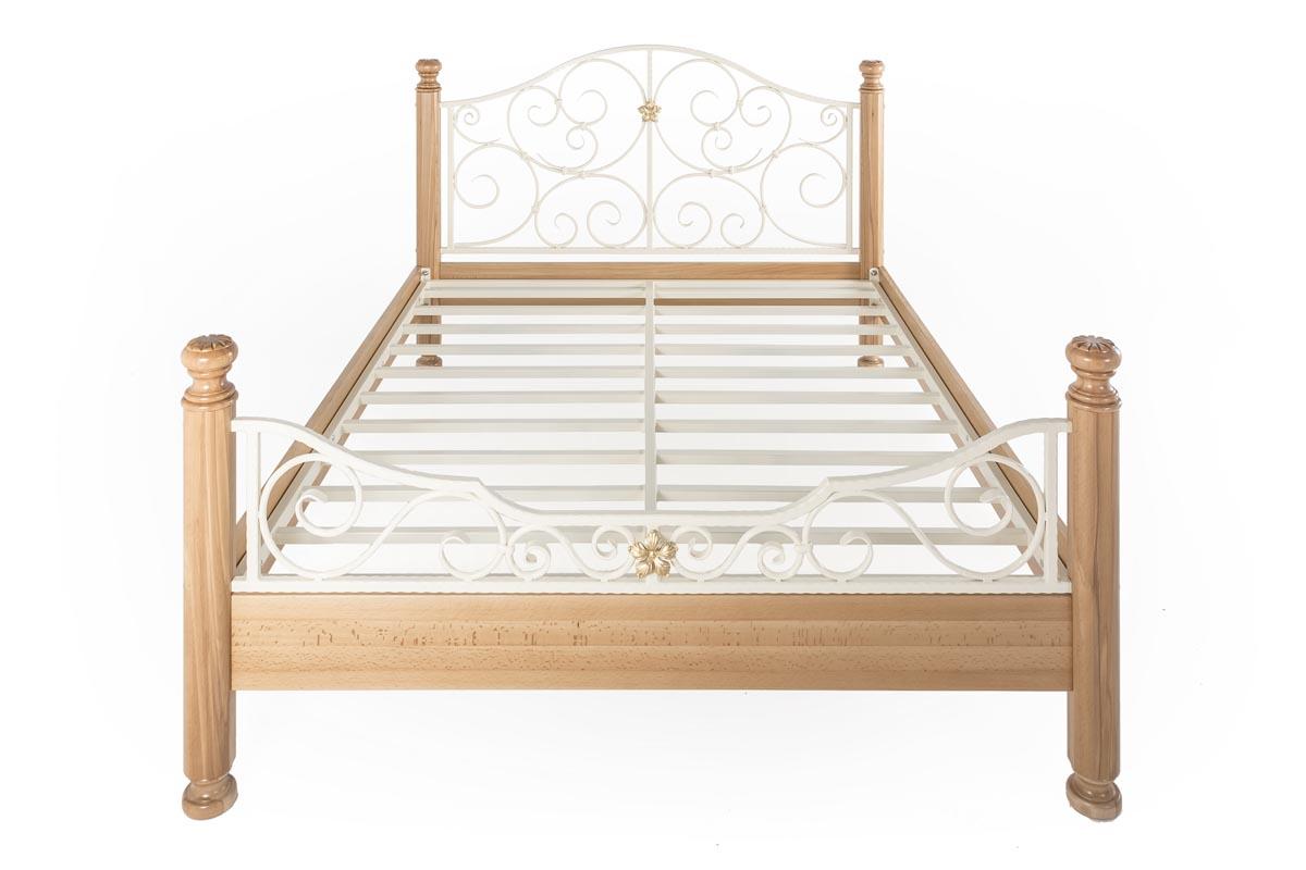 Кованая кровать, буковая отделка, покраска белым с патиной