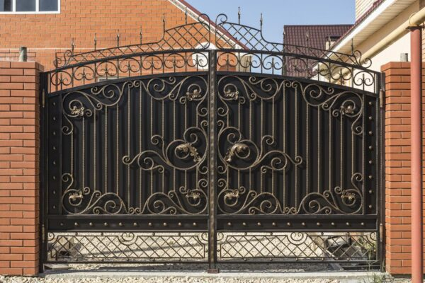 Кованые ворота, калитка и заборная секция (после монтажа) – п.Цибанобалка