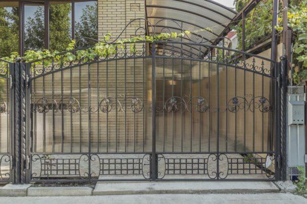 Кованые ворота с калиткой закрытые поликарбонатом