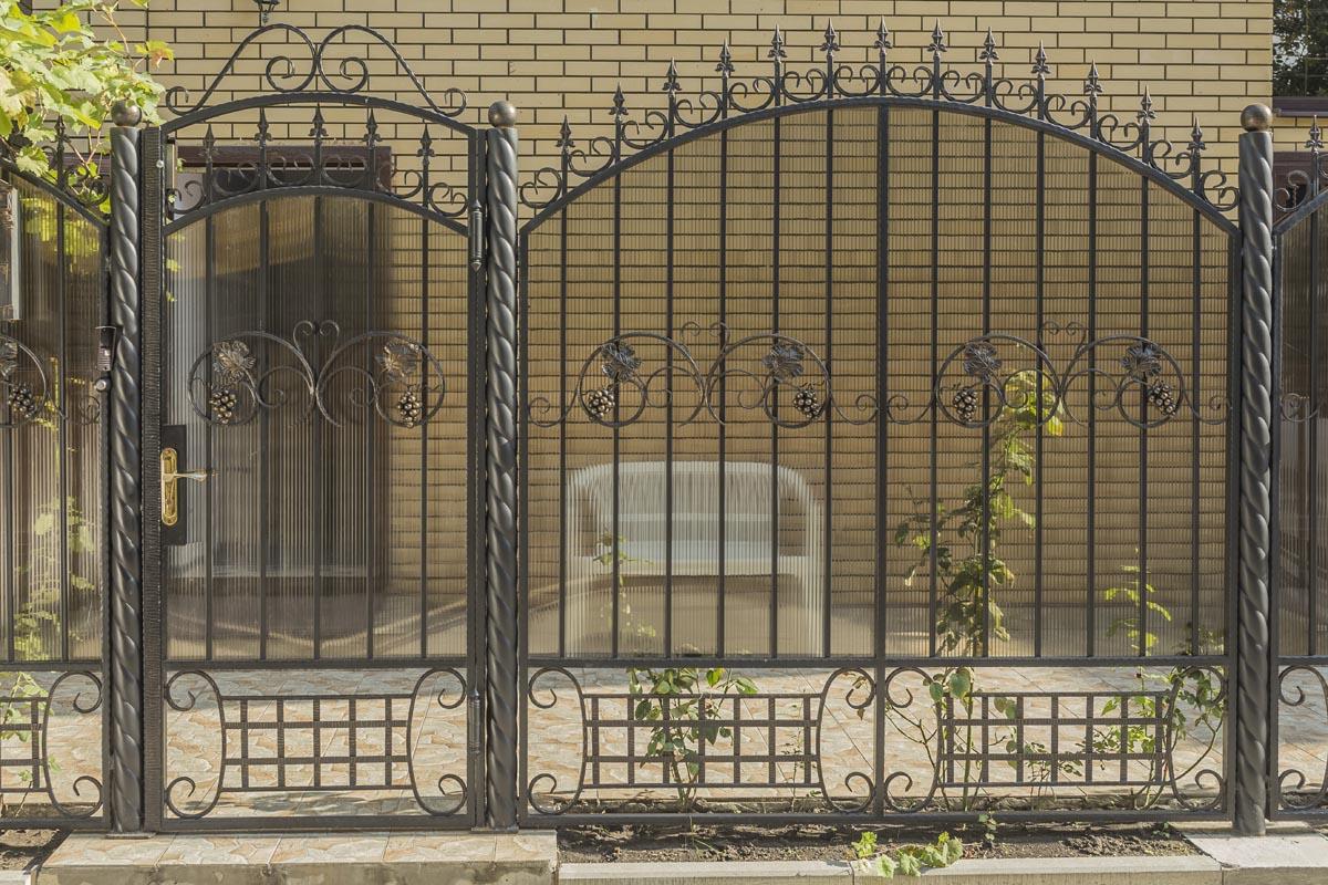 Кованые ворота с калиткой закрытые поликарбонатом - Витязево