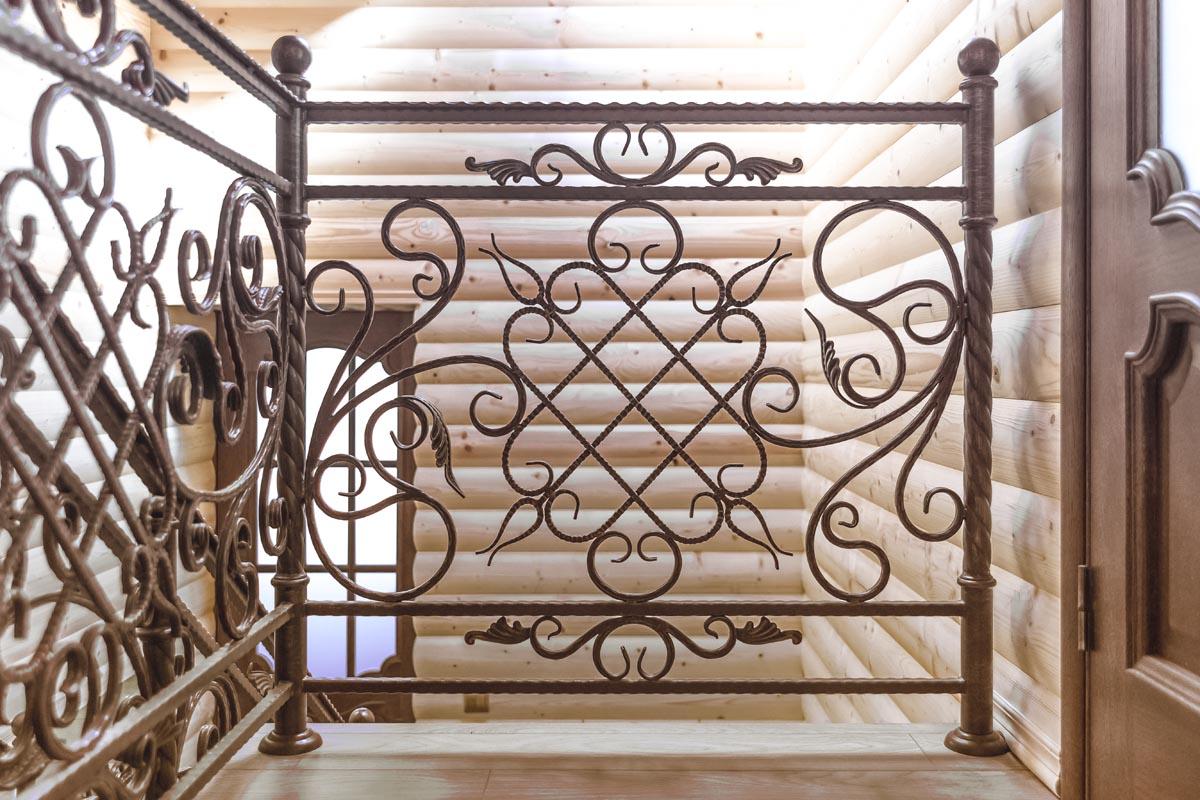 Лестница внутреняя с кованым ограждением - х.Красный