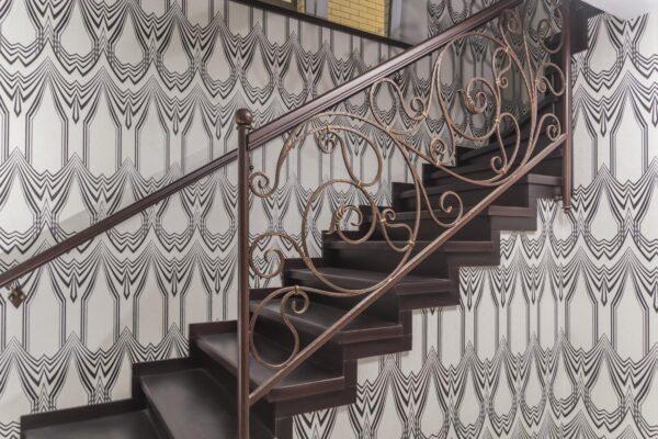 Обшивка лестницы дерево и кованные лестничные ограждения