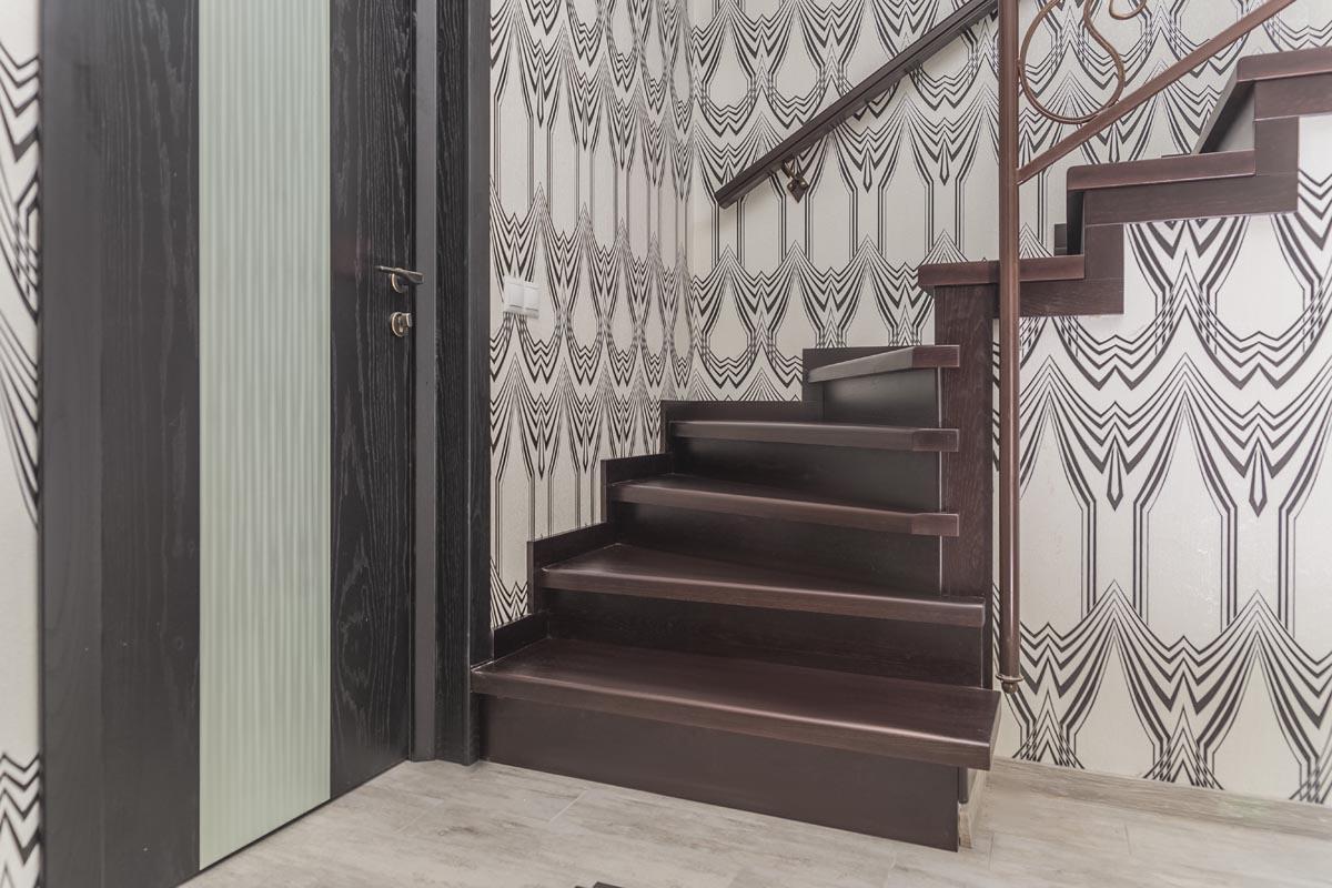 Обшивка лестницы дерево и кованные лестничные ограждения - Супсех