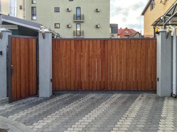 Откатные ворота и калитка с деревом