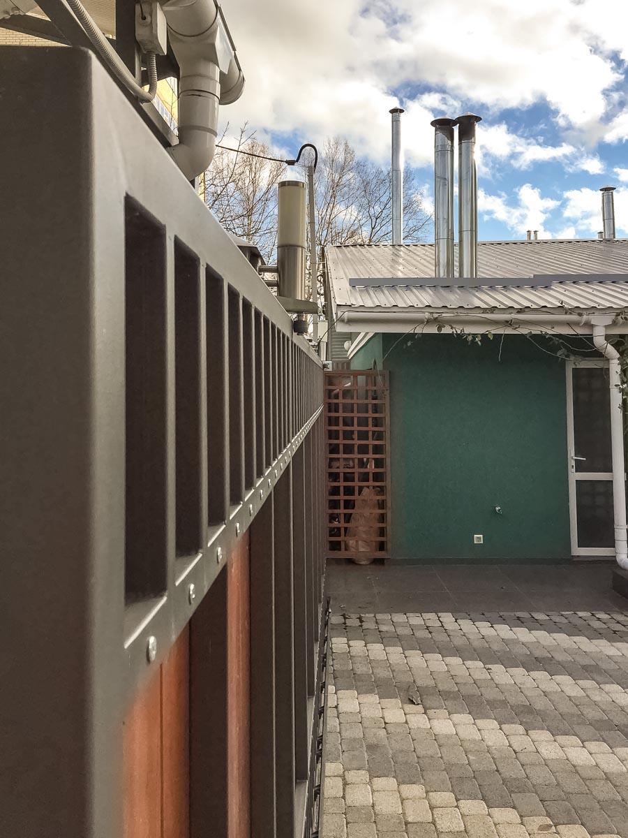 Откатные ворота и калитка с деревом - Анапа