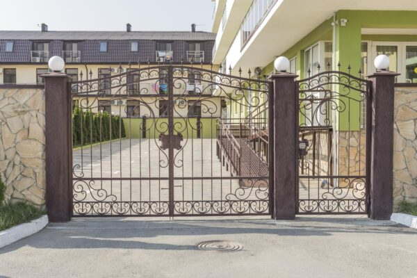 Открытые кованые ворота с калиткой