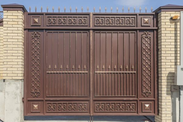 Стандартные ворота с автоматикой и ограждение