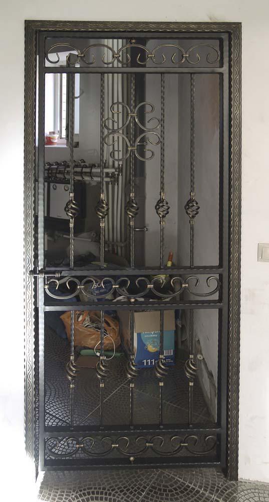 Открытая кованая дверь