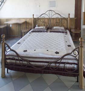 Кровать с  элементами ковки