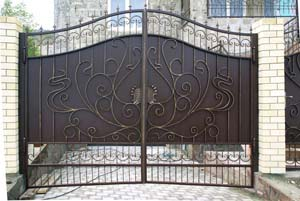 Кованые ворота, калитка и заборные секции