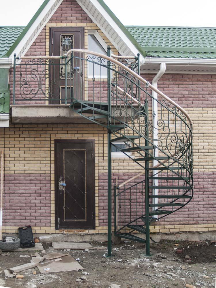 Лестница наружная с кованым ограждением полувинтовая в поселке Супсех
