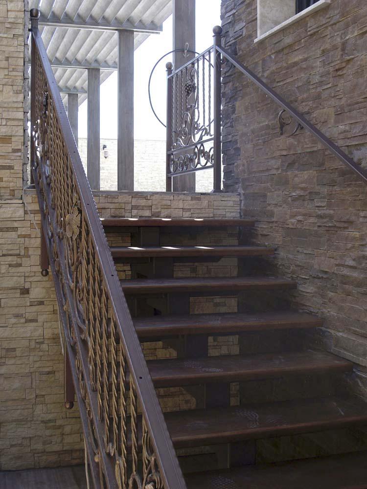 Лестница наружная с кованым ограждением в городе Анапа