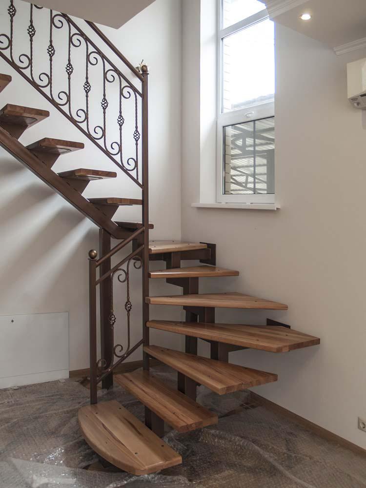 Лестница внутренняя с кованым ограждением в городе Анапа