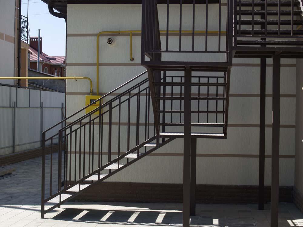 Лестница внутренняя с кованым ограждением в поселке Витязево