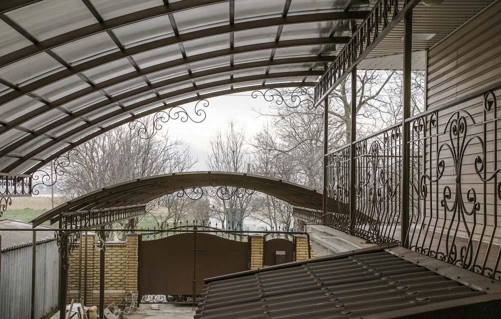 Навес без ферм с элементами ковки в поселке Витязево