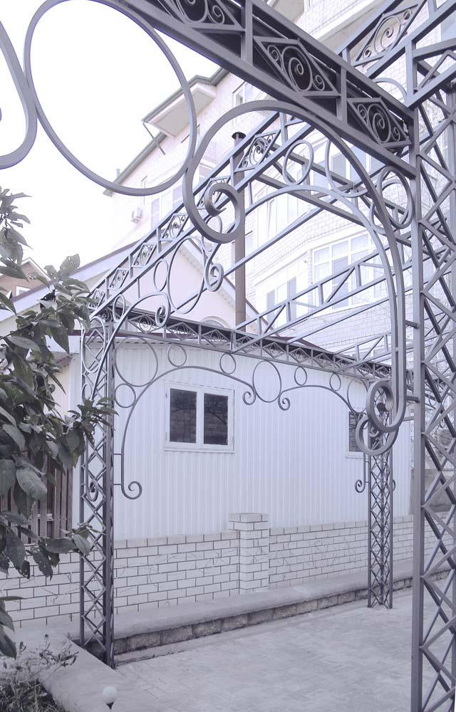 Навес с фермами и элементами ковки в поселке Алексеевка