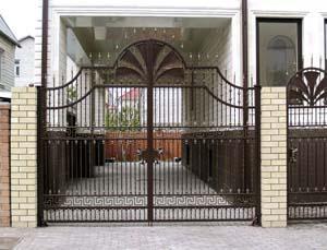 Открытые кованые ворота, калитка и заборные секции