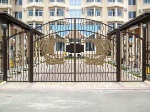 Открытые кованые ворота, калитка и заборные секции – пансионат Парус
