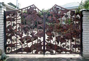 Открытые кованые ворота ручной работы