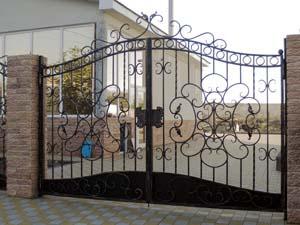 Открытые кованые ворота, калитка, заборные секции, ограждения, крыльцо и кованый фасад