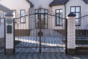 Открытые кованые ворота, калитка и забор