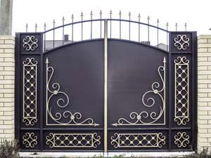 Стандартные кованые ворота и простая калитка