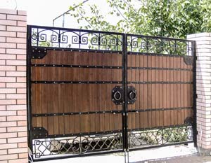 Ворота и калитка с использованием дерева, заборные решетки