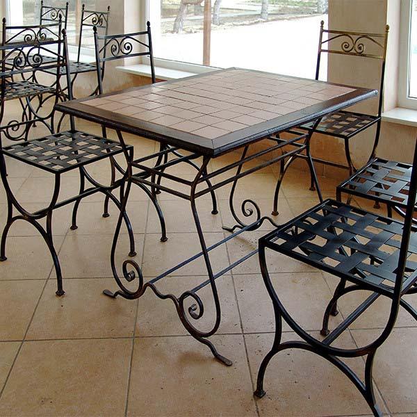 Стол и стулья с элементами ковки