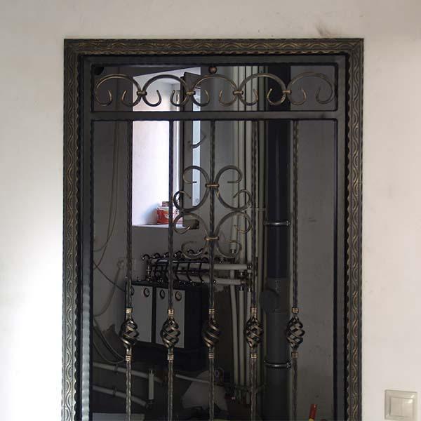 Дверь открытая, кованая