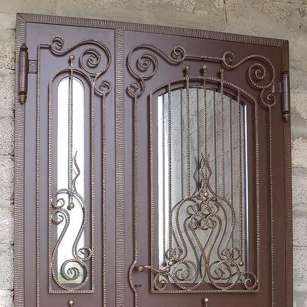 Дверь с коваными элементами