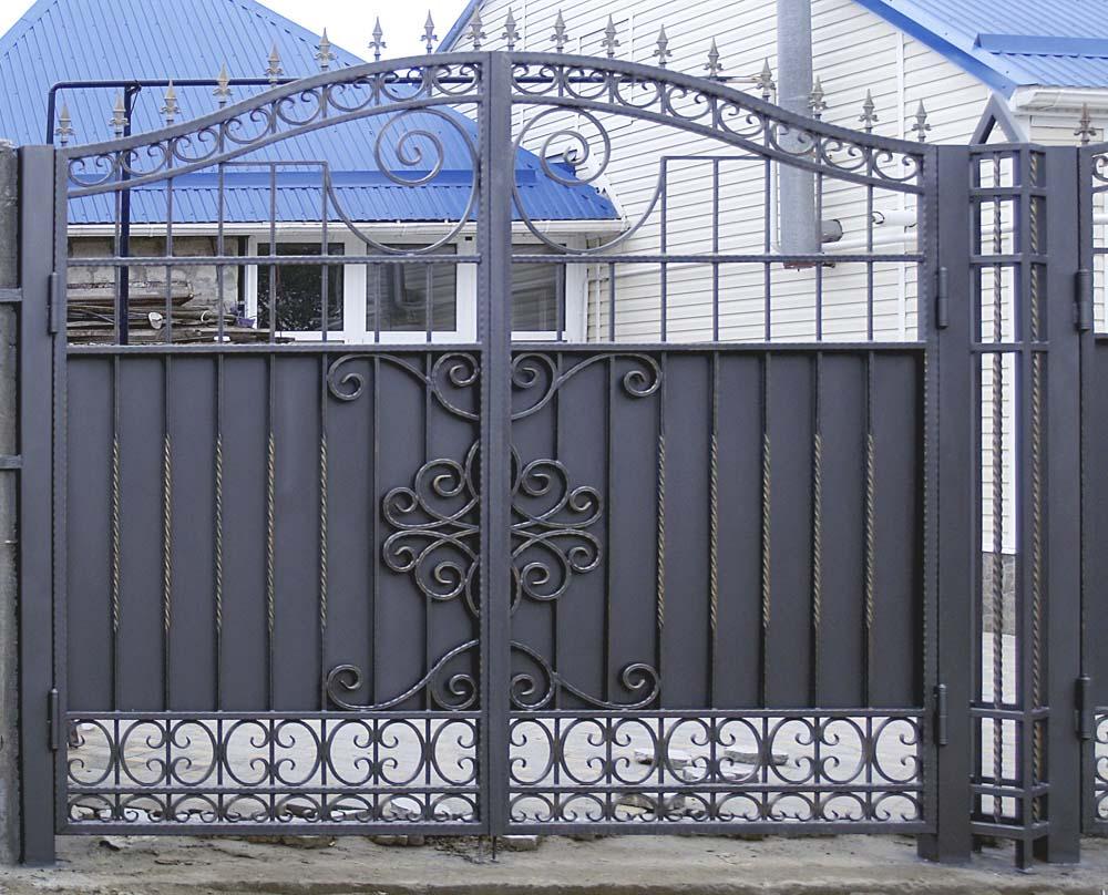 Элемент кованых ворот в городе Анапа