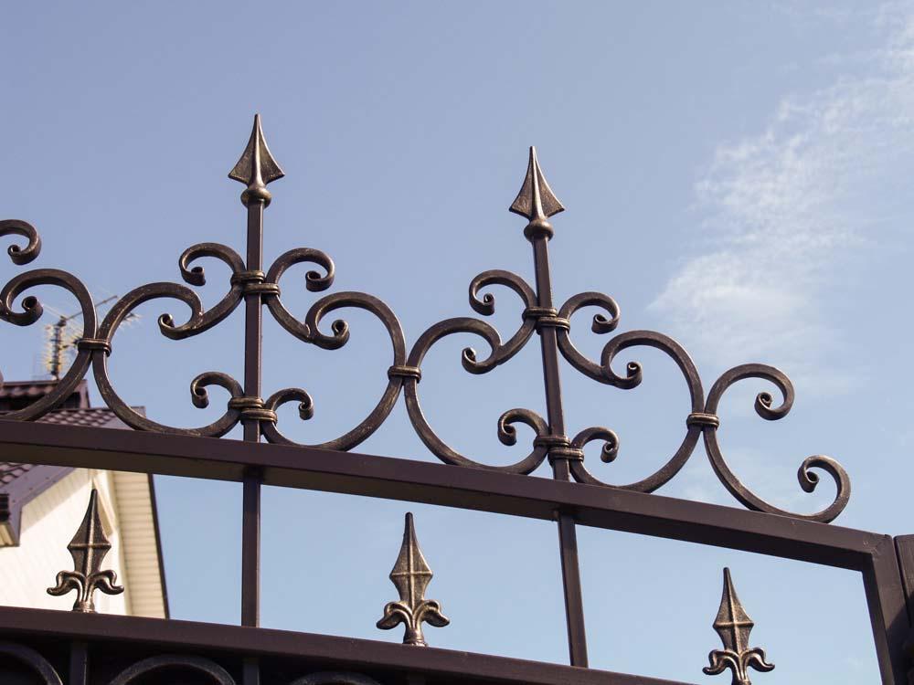 Элементы кованых ворот в поселке Алексеевка