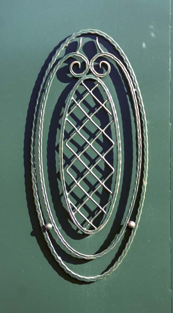 Элементы кованых ворот в поселке Супсех