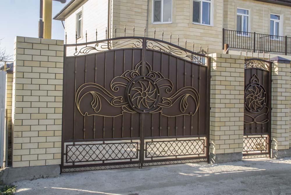 Кованые ворота и калитка в поселке Супсех