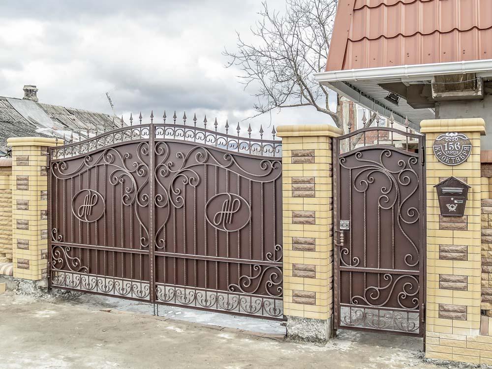 Кованые ворота и калитка в станице Натухаевская
