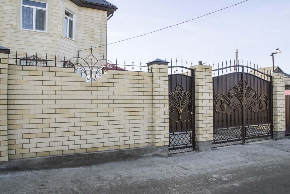 Кованые ворота, калитка и навершия в поселке Супсех