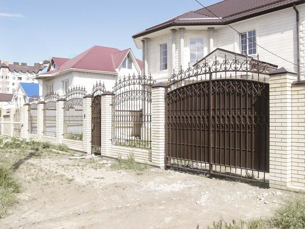 Кованые ворота, калитка и заборные секции в поселке Алексеевка