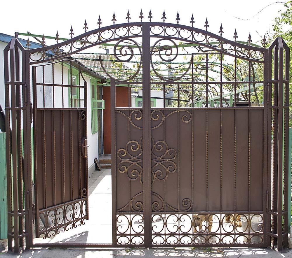 Кованые ворота со встроенной калиткой в поселке Виноградный