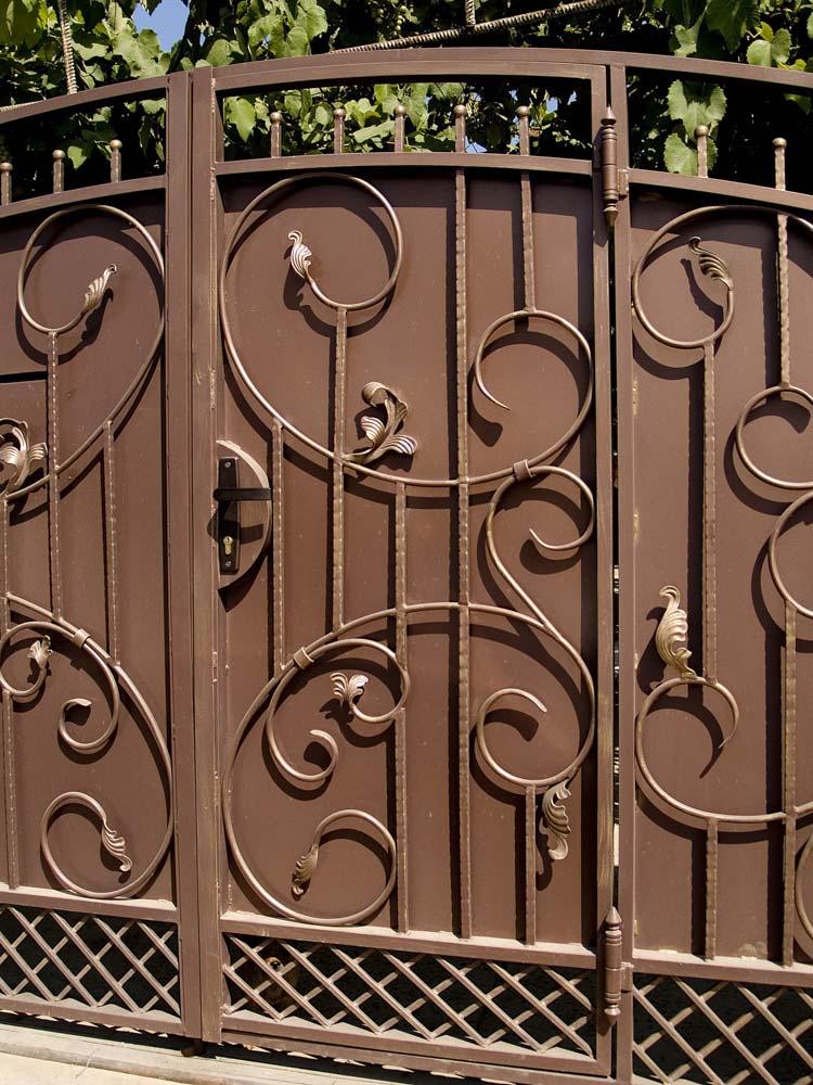 Кованые ворота со встроенной калиткой в хуторе Черный
