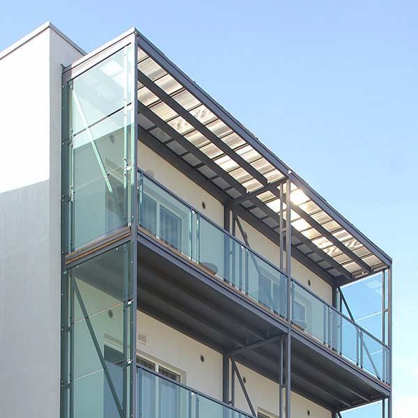Металлические балконы с стеклянным ограждением