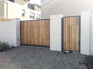 Откатные ворота и калитка с лиственницей