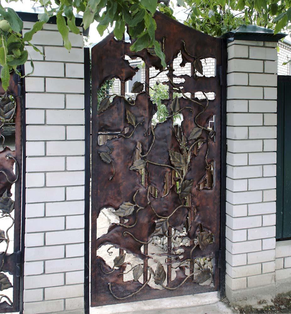 Открытая кованая калитка ручной работы в станице Анапская