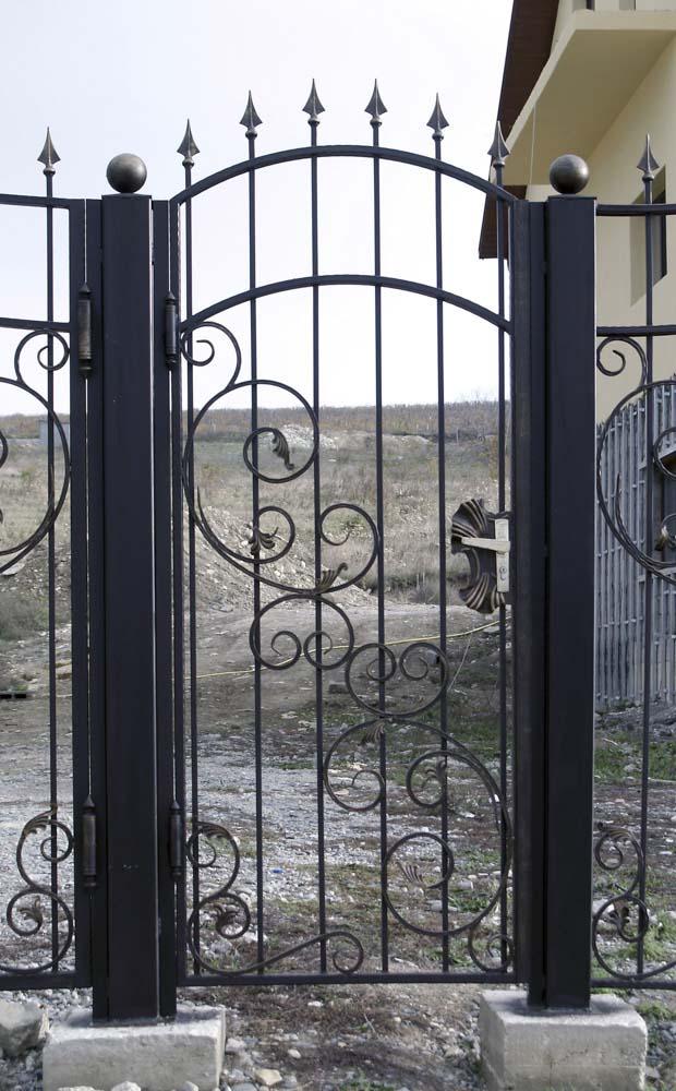 Открытая кованая калитка в селе Варваровка