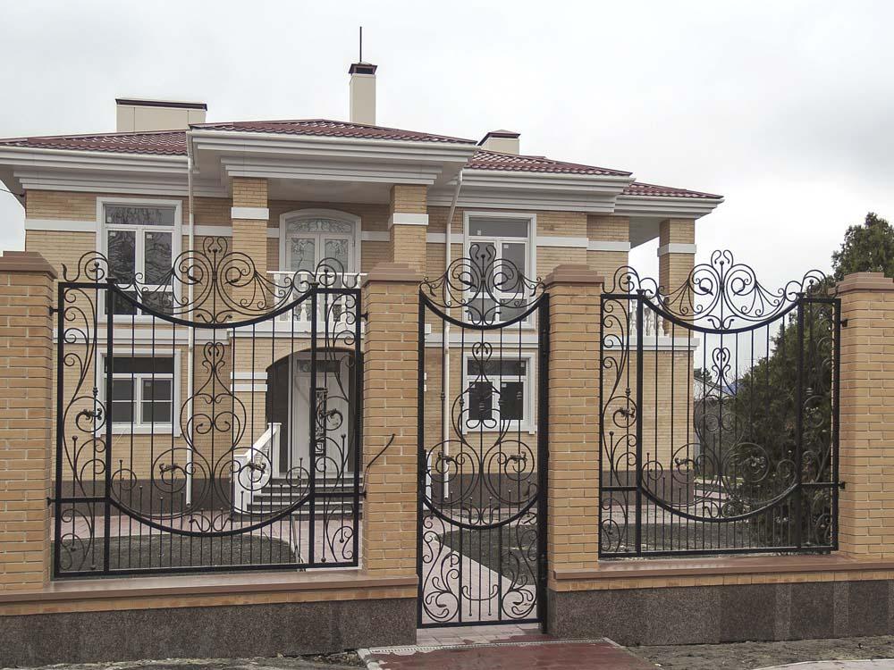 Открытые кованая калитка и заборные секции в поселке Витязево
