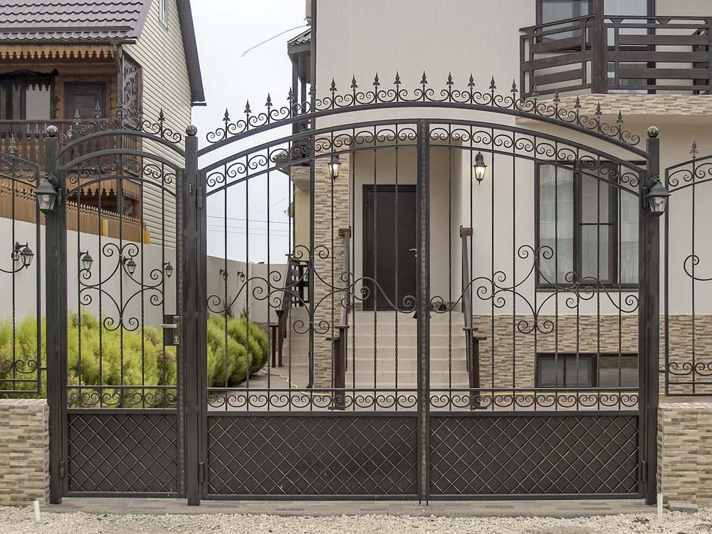 Открытые кованые ворота и калитка и в поселке Витязево