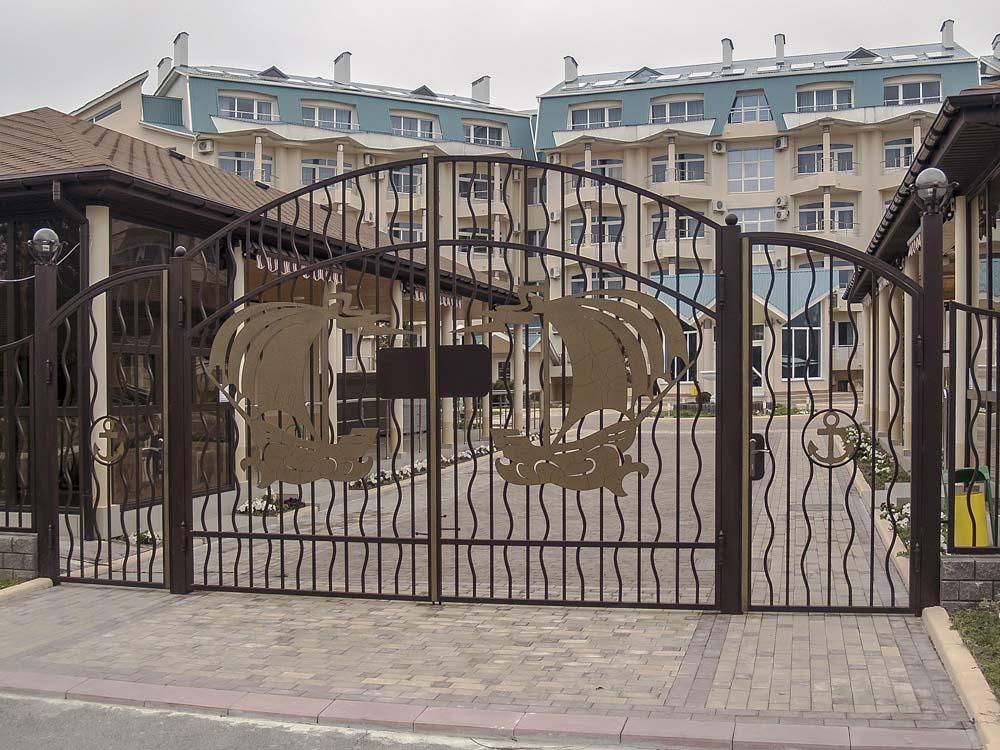 Открытые кованые ворота и калитка в городе Анапа