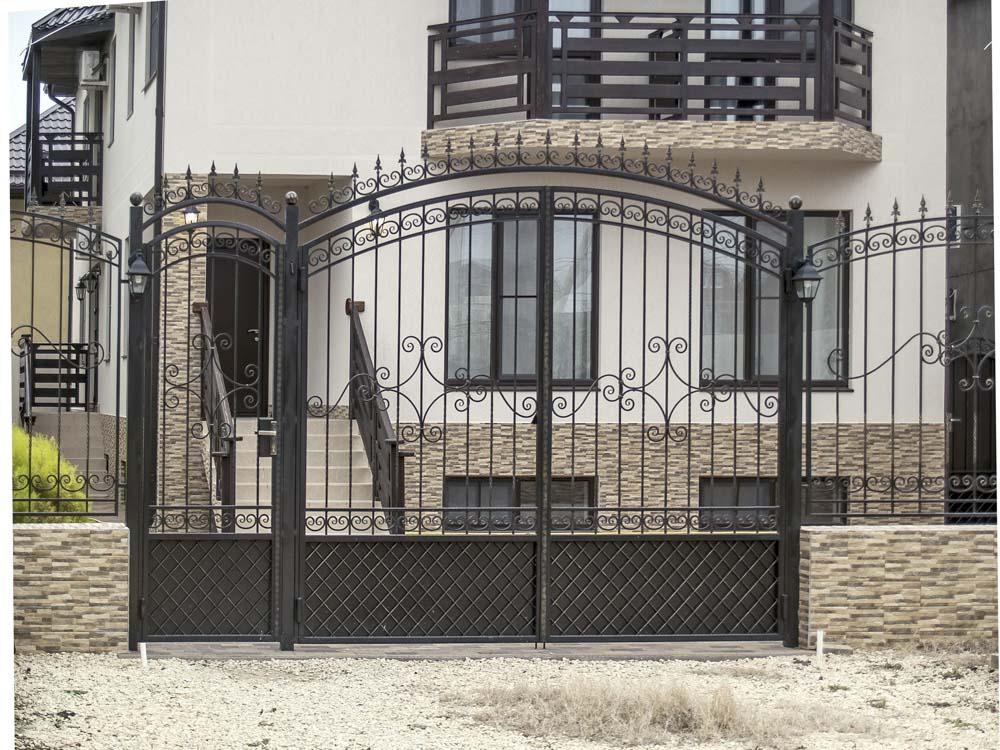 Открытые кованые ворота и калитка в поселке Витязево