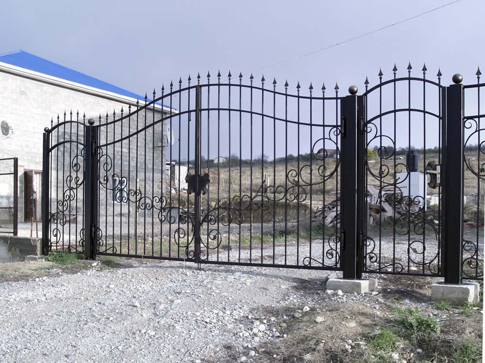 Открытые кованые ворота и калитка в селе Варваровка