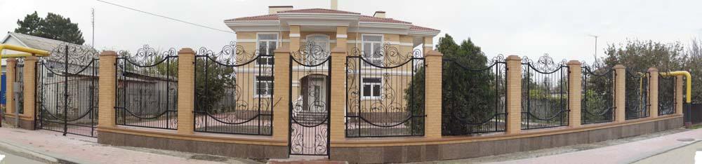 Открытые кованые ворота, калитка и забор в поселке Витязево