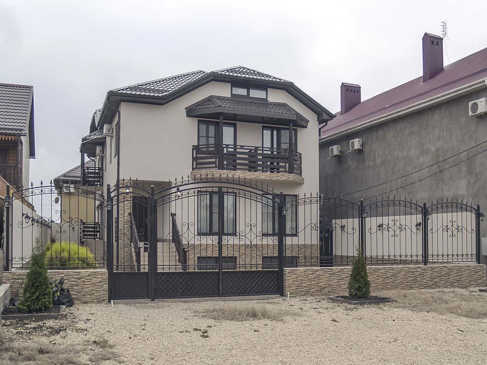 Открытые кованые ворота, калитка и заборные секции в поселке Витязево